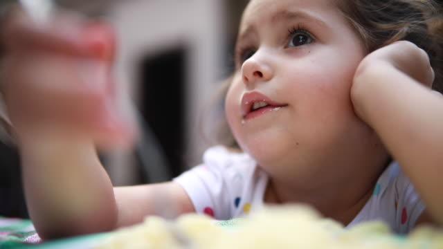 vidéos et rushes de désordre enfant en train de dîner à la maison - spaghetti bolognaise