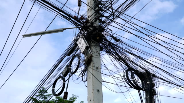 messy electric cable. - cavo d'acciaio video stock e b–roll