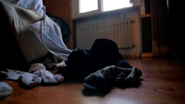 vídeos y material grabado en eventos de stock de desordenado habitaciones temprano por la mañana - desordenado
