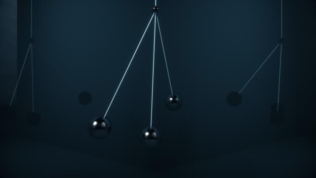 le palle di metallo oscillano nell'aria senza scontrarsi - armonia video stock e b–roll