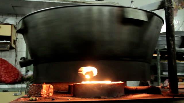 metal büyük tava yanıyor - bunsen beki stok videoları ve detay görüntü çekimi