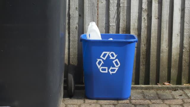 metalldose und plastikflaschen werden in den recyclingbehälter gestellt. - altglas stock-videos und b-roll-filmmaterial