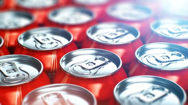 stockvideo's en b-roll-footage met metalen blikjes met cola verfrissende drankjes - cola