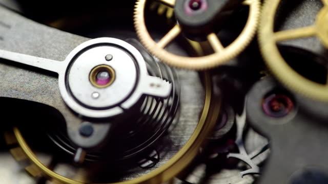 metall zahnräder im inneren uhrwerk. ewigkeit, teamwork, idee technologie. makro. tick-tick sound - reliability stock-videos und b-roll-filmmaterial