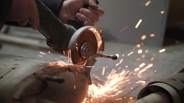 metall-schneidmühle.  funken aus dem metallschneiden - kreissäge stock-videos und b-roll-filmmaterial