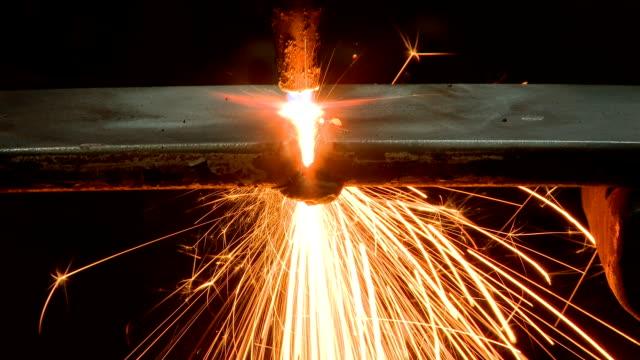 vídeos y material grabado en eventos de stock de de corte de metal con gas - sparks