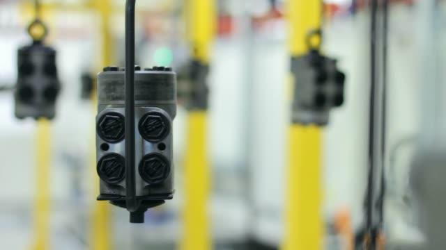 metal ayrıntılar konveyör fabrikasında devam edelim. montaj hattı üzerinde yedek parça - parça stok videoları ve detay görüntü çekimi