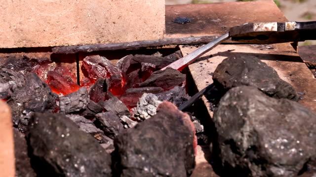 vídeos y material grabado en eventos de stock de metal llena de calderas - pinzas utensilio para servir