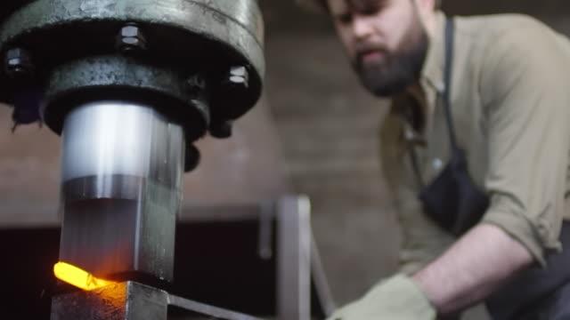 forgiatura in metallo con martello pneumatico - fabbro ferraio video stock e b–roll