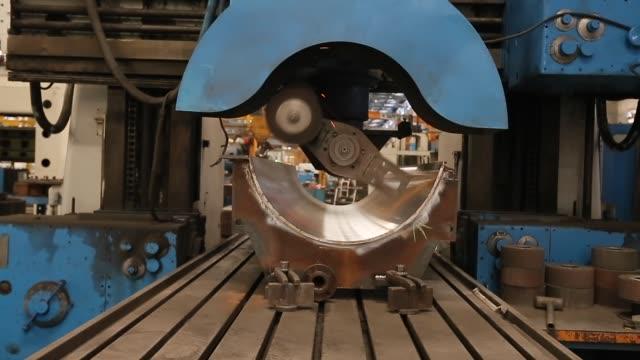 metall schleifmaschine in der industrie - kreis stock-videos und b-roll-filmmaterial