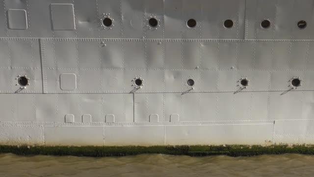 De romp van het metaal van een schip dat op de Theems wordt afgemeerd. video