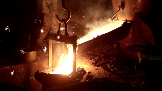 stockvideo's en b-roll-footage met metal industry-molten steel - smid