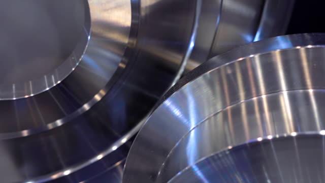 slipat metalldelar är tillverkade på maskin med stor precision - svarv bildbanksvideor och videomaterial från bakom kulisserna