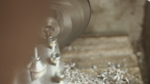Parte de Metal em um Chuck of a Lathe. Chips de corte - vídeo