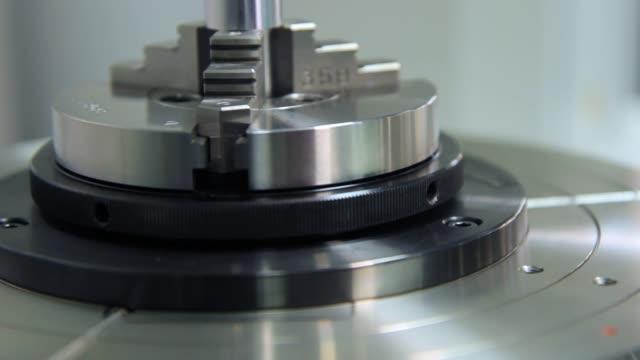 중공업 금속 부품 생산. 스탠드에 회전 하는 커터 - 척 드릴 부속품 스톡 비디오 및 b-롤 화면