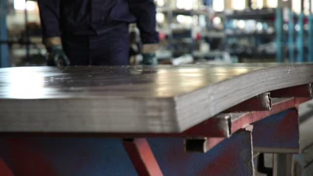 bleche über die versand-cart. der wagen bewegt sich auf schienen im shop - aluminium stock-videos und b-roll-filmmaterial