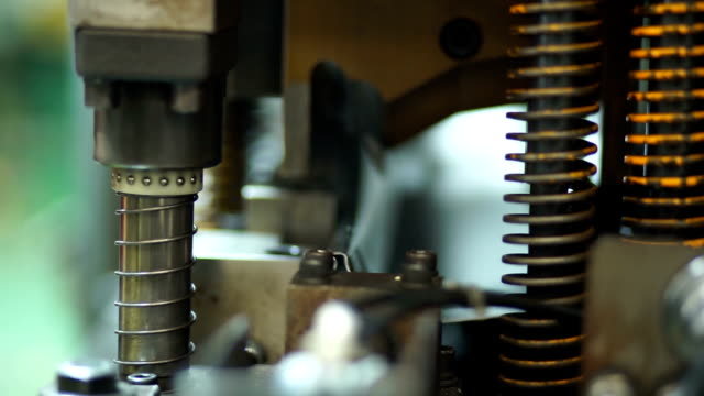 stockvideo's en b-roll-footage met metaal stempelen machine - stempel