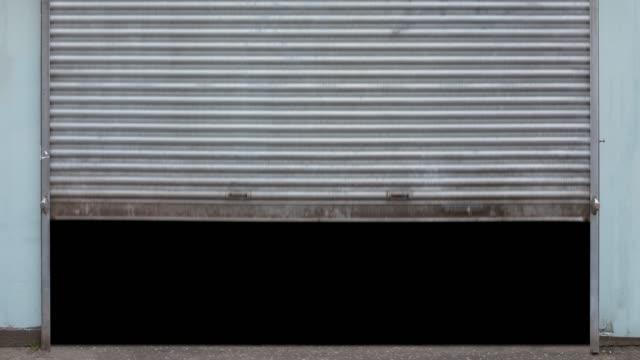 metallladen-shutter öffnen und schließen - garage stock-videos und b-roll-filmmaterial
