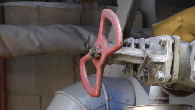 金属弁産業用石油・ガス管、エネルギーコンセプト、産業システムの概念 - 錆びている点の映像素材/bロール
