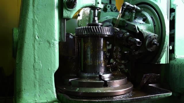 生産工場での金属加工装置ビデオ ビデオ