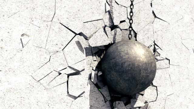 vidéos et rushes de boule de démolition métallique brisant le mur de béton. écran vert. - balle ou ballon