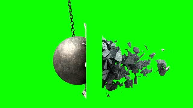 金属壁を粉砕ボールを破壊します。側面図です。緑色の画面。 - 残骸点の映像素材/bロール