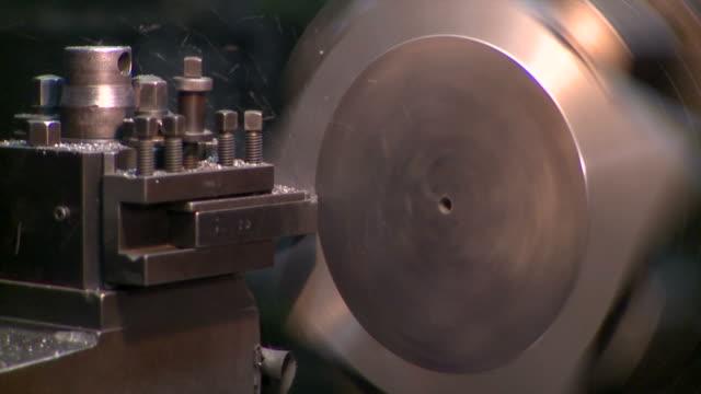 metallurgische industrie-fabrik: eine maschine fräsen ein stück - aluminium stock-videos und b-roll-filmmaterial