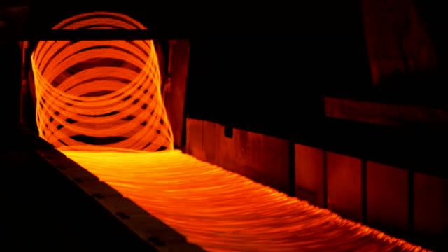 冶金廠。煉鋼廠線材軋機線圈成型鋪設頭 - 鋼鐵 個影片檔及 b 捲影像