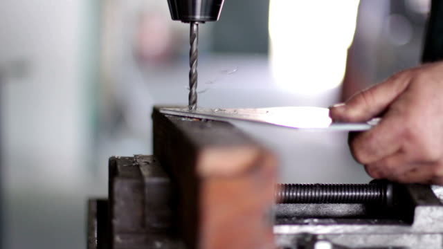 metalworker drilling bügeleisen - kragen stock-videos und b-roll-filmmaterial