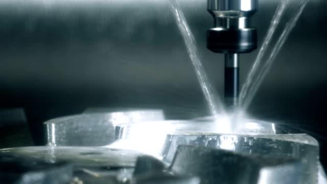 metall bearbetning cnc svarv fräs maskin. skärande metall modern process teknik. - cnc maskin bildbanksvideor och videomaterial från bakom kulisserna
