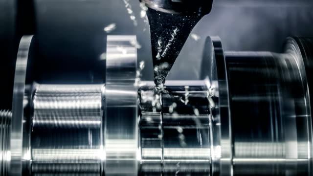 stockvideo's en b-roll-footage met metaalbewerking cnc draaibank frezen machine. cutting metal moderne processing technologie. - metaalbewerking