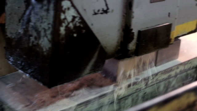metallbau branche :  details aus metall mit funken fliegen arbeiten - polnische kultur stock-videos und b-roll-filmmaterial