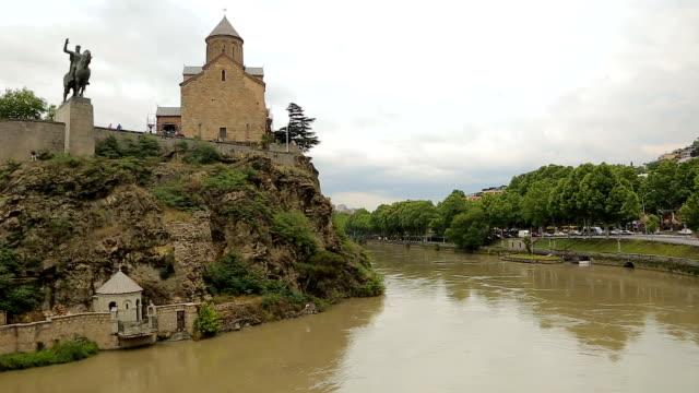 Metekhi church and monument to Vakhtang Gorgasali located above river Kura video