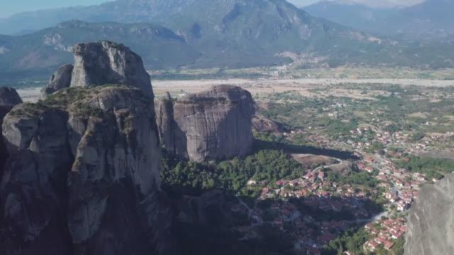 meteora (greece) aerial view - obiekt światowego dziedzictwa unesco filmów i materiałów b-roll