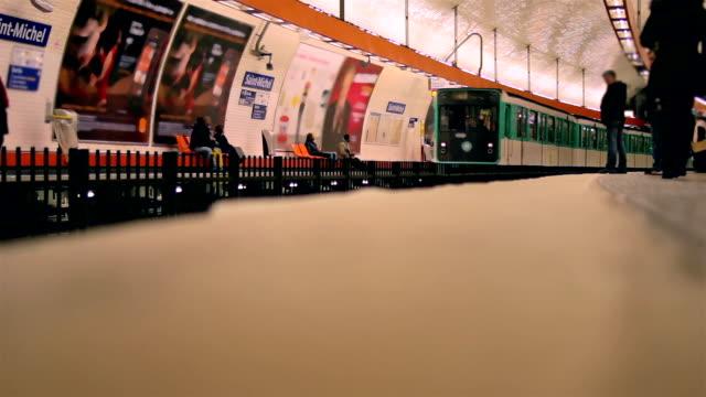 arrivando alla stazione della metropolitana - insegna commerciale video stock e b–roll