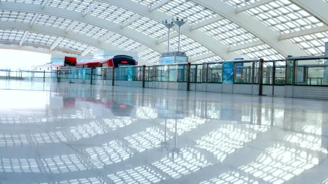 metro in beijing t3 airport station - станция стоковые видео и кадры b-roll