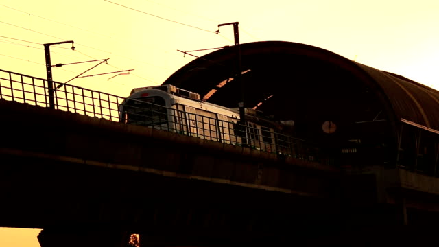 Chuva e estrada de ferro do metro - vídeo