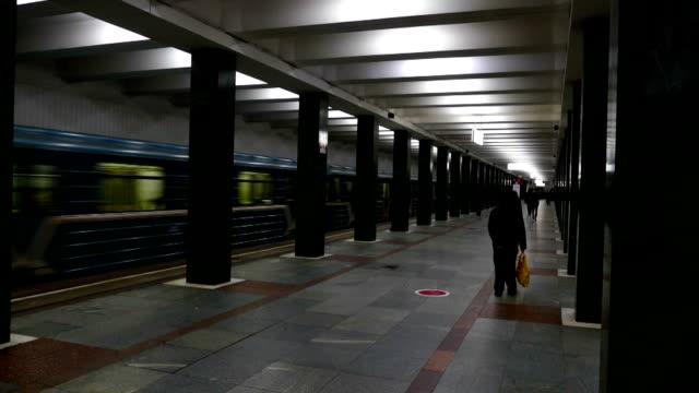 tunnelbanestationen inuti - ankommande tåg moskva - billboard train station bildbanksvideor och videomaterial från bakom kulisserna