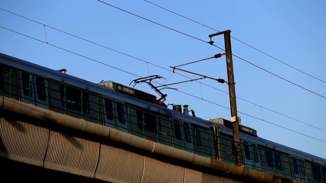 vídeos de stock, filmes e b-roll de trem de metrô em nova deli, índia - nova delhi