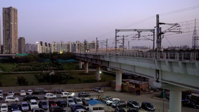 vídeos de stock, filmes e b-roll de metrô em trilhos elevados chegando à estação em delhi, índia - nova delhi
