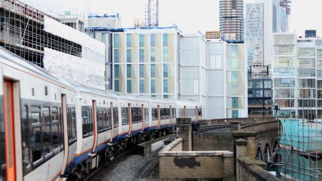 vídeos de stock, filmes e b-roll de overground do trem do metro em londres, reino unido - veículo terrestre