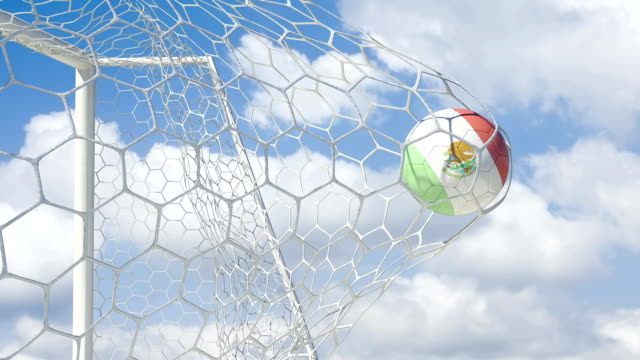 vídeos de stock e filmes b-roll de bola azteca notas em câmara lenta com céu de fundo - campeão soccer football azul