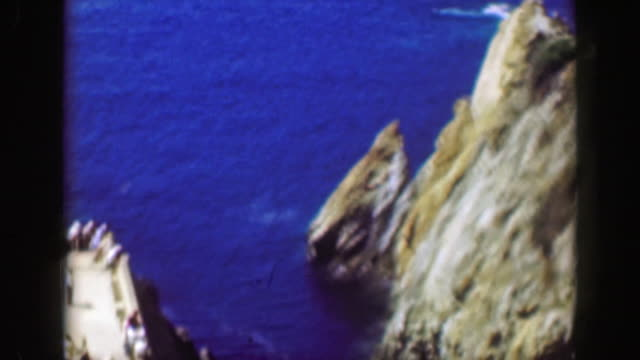 1952: area ricreativa della spiaggia messicana acque blu divertimento tropicale estivo. - guerrero video stock e b–roll