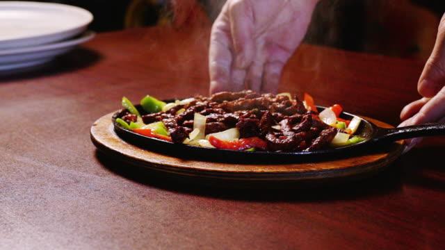 vídeos y material grabado en eventos de stock de cocina mexicana sizzling beef steak fajitas en un restaurante mexicano de lujo - comida mexicana