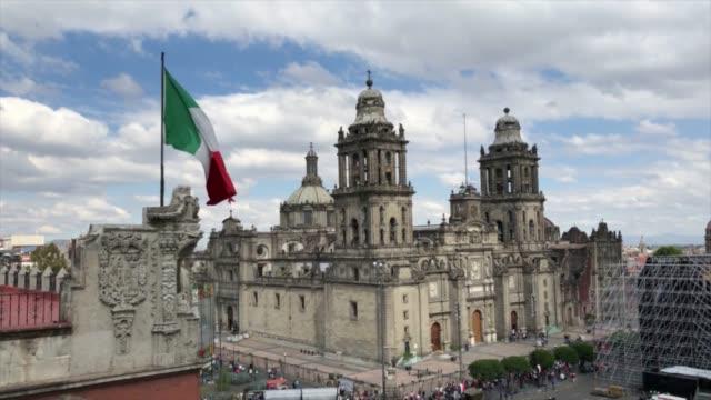 vídeos de stock, filmes e b-roll de bandeira mexicana e a catedral no méxico - capitais internacionais