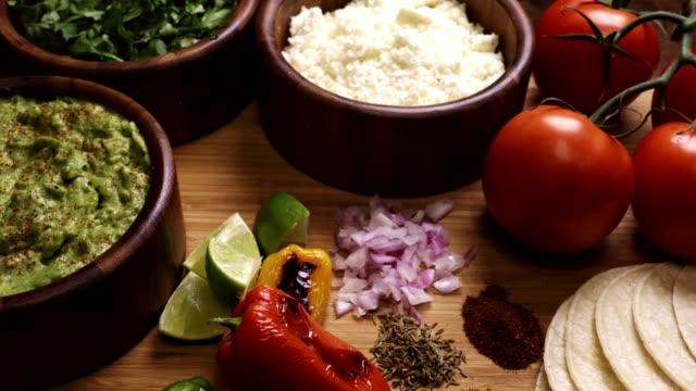vídeos y material grabado en eventos de stock de ingredientes de la comida mexicana como guacomole, cilantro y queso cotija - comida mexicana