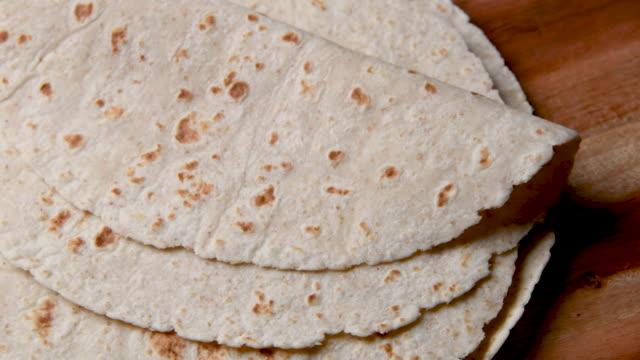 mexikanische hausgemachte mehl tortillas von oben - selbstgemacht stock-videos und b-roll-filmmaterial