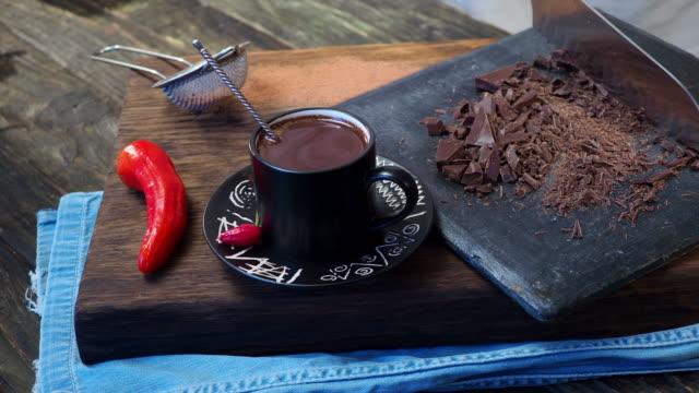 vídeos de stock, filmes e b-roll de chocolate quente mexicano - chocolate quente
