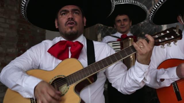 vídeos de stock, filmes e b-roll de músicos mexicanos mariachi banda - tradição