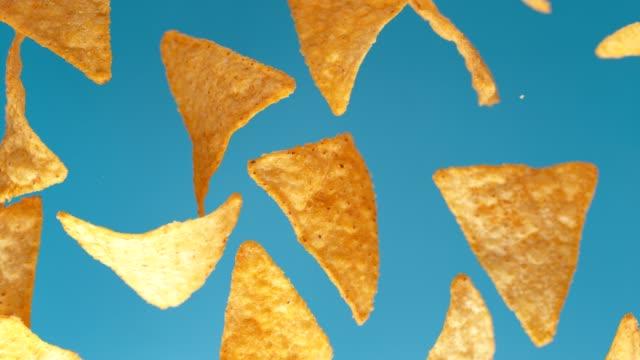 mexikanska nachos chips skönhet skott. - chips bildbanksvideor och videomaterial från bakom kulisserna